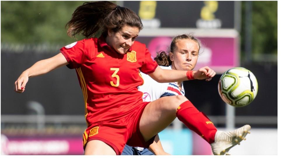 Teresa Abelleira protege un baló en el partido ante Noruega.