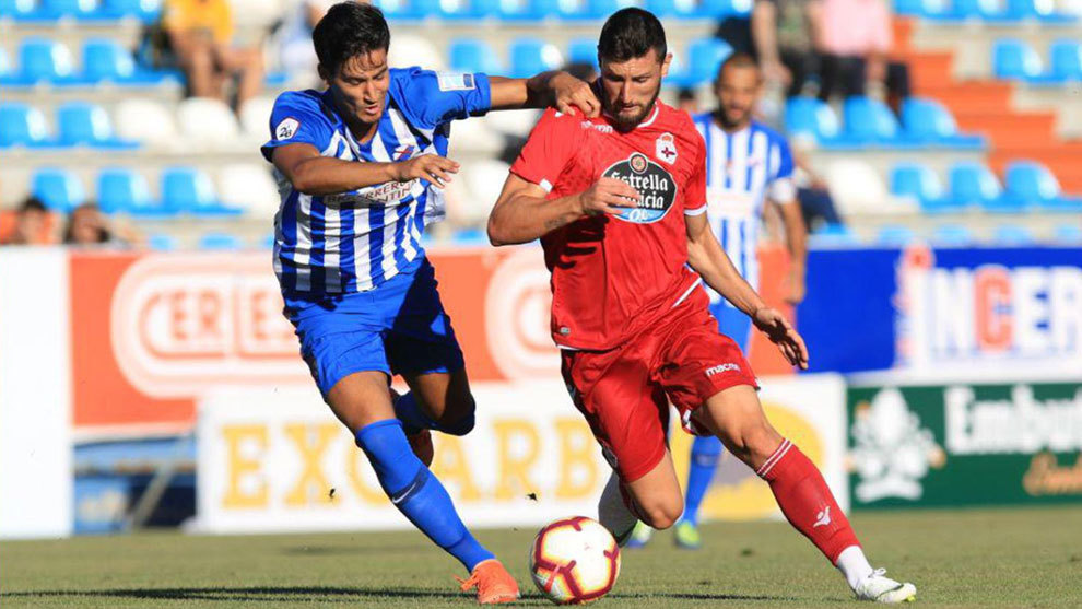 Borja Valle, autor del gol del Deportivo, intenta zafarse de un rival