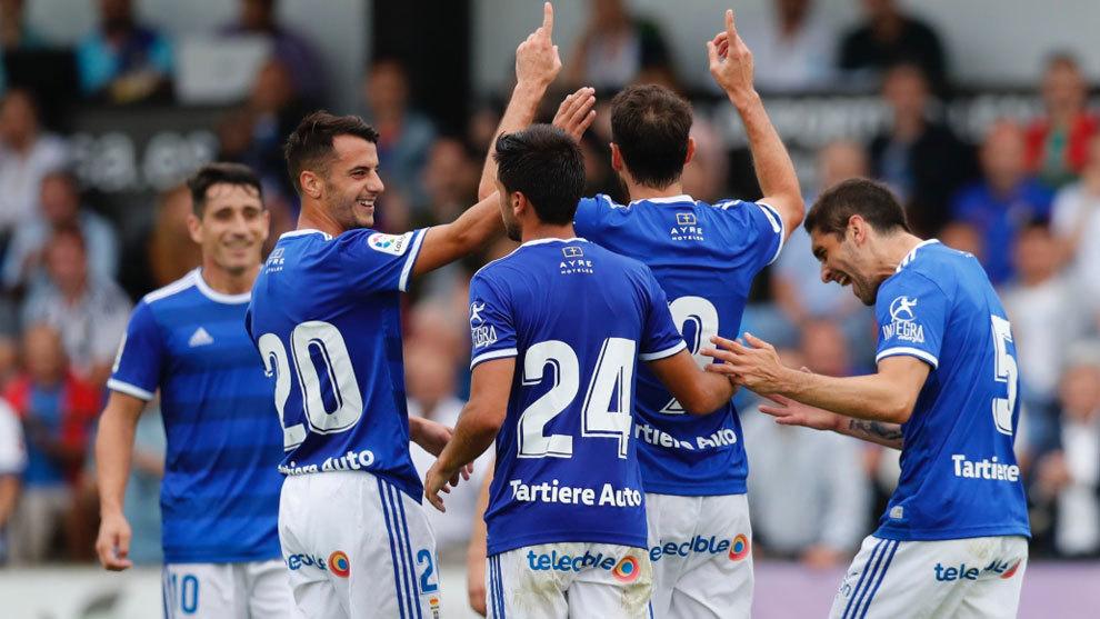 Los jugadores del Oviedo se abrazan a Toché tras su gol