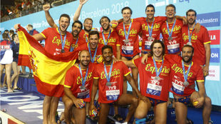 Los jugadores españoles tras recibir sus medallas