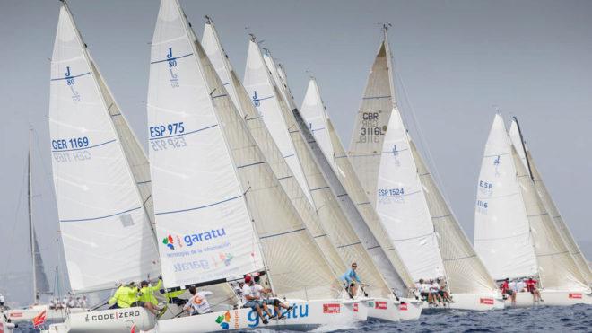 La flota de Herbalife Nutrition J80 navegando en Palma.