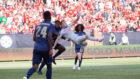 Shaquiri marca de chilena el 1-4 ante el Manchester United /