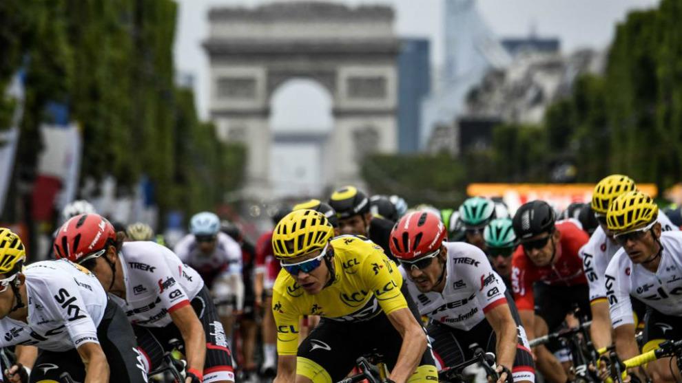 El pelotón del Tour recorre los Campos Elíseos en 2017. En primer...