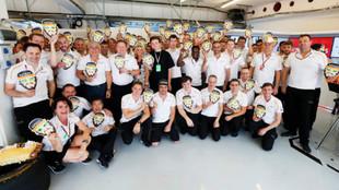 Miembros del equipo McLaren con caretas de Fernando Alonso