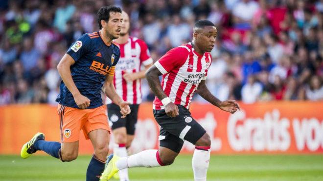 Parejo conduce el balón durante el amistoso ante el PSV.