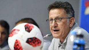 Juan Carlos Osorio habla en conferencia de prensa.