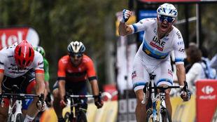 Kristoff celebra el triunfo en la etapa de París.