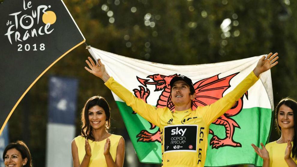 Geraint Thomas celebrando su triunfo en el podio del Tour.