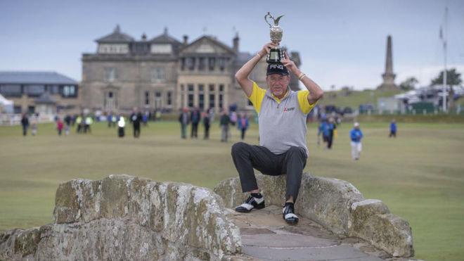 Miguel Ángel Jiménez posa con el trofeo del British en el puente del...