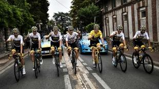 El equipo Sky celebra la consecución del Tour 2018 al inicio de la...