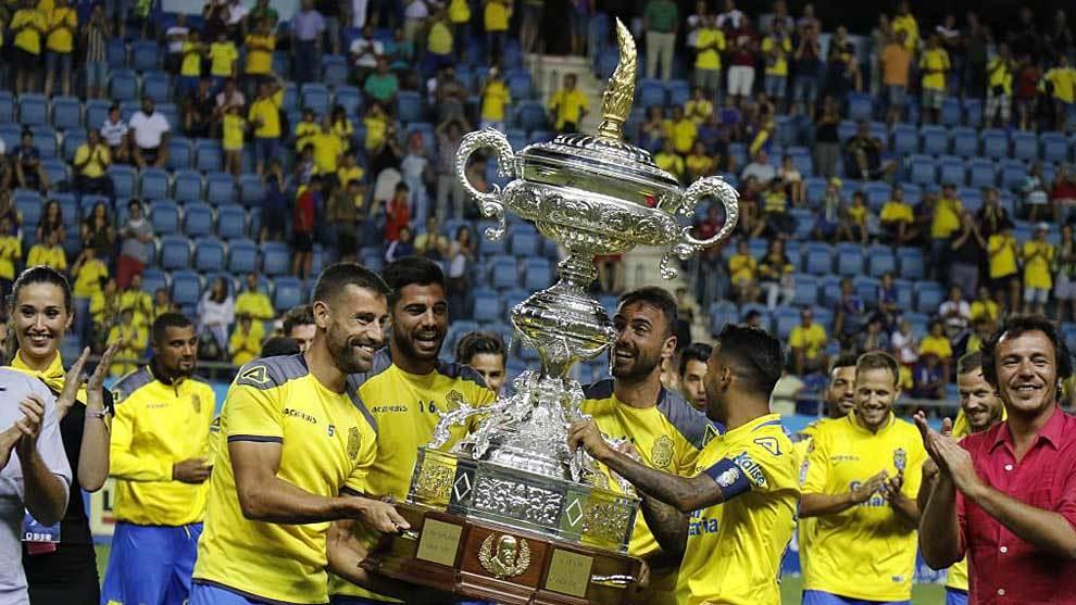 Los jugadores de Las Palmas levantan el trofeo Carranza del año...