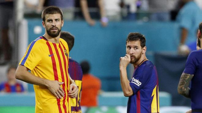 Messi y Piqué, durante el Clásico del año pasado en Miami.