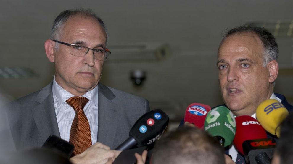 El secretario general de la RFEF, Andreu Camps y el presidente de...