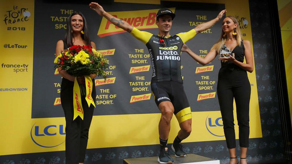 Primoz Roglic salta en el podio tras ganar la 19ª etapa del Tour...