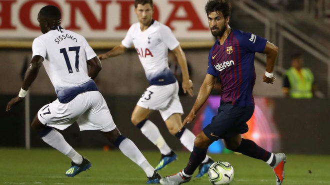 Andre Gomes plays the ball at midfield behind Moussa Sissoko