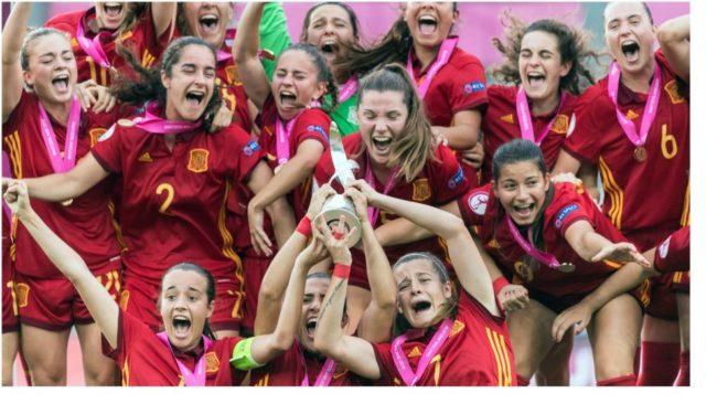 Las jugadoras de la selección española celebran el título logrado...