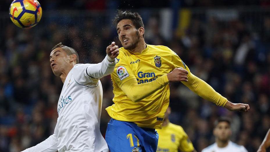 Pedro Bigas pugna un balón con Cristiano Ronaldo.