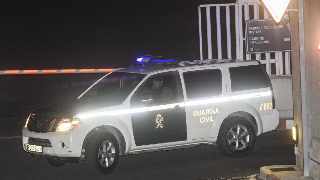Un vehículo de la Guardia Civil con dos agentes en su interior.