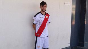 José Ángel Pozo posa con la camiseta de su nuevo equipo, el Rayo...