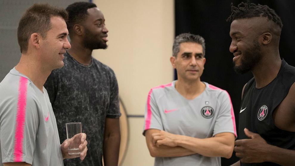 Los técnicos españoles, en uno de los primeros entrenamientos, junto...