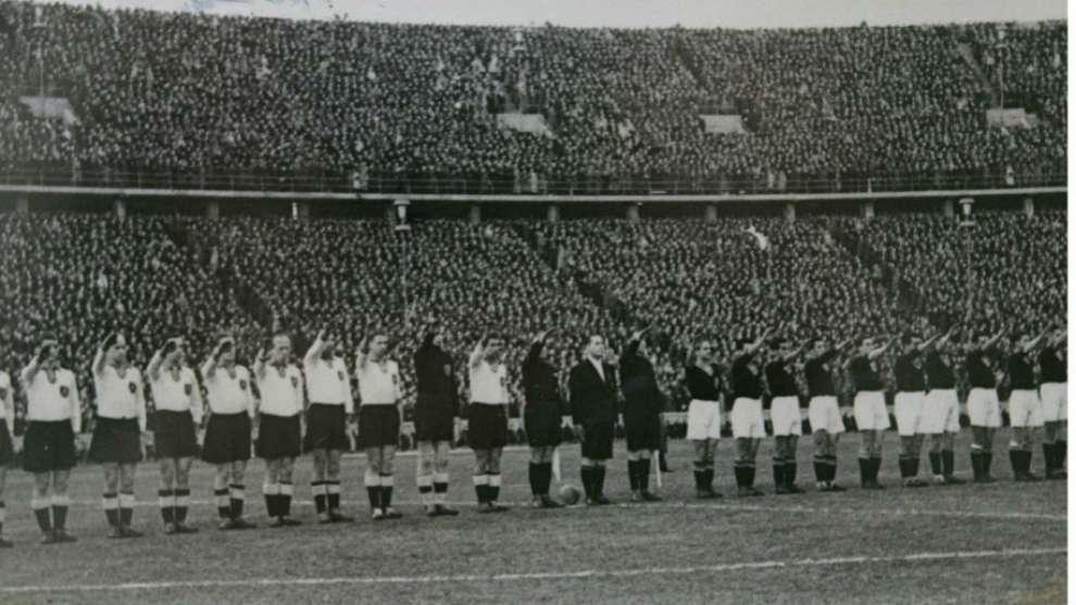 Ambas selecciones, posando antes del comienzo del partido