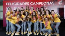 Un iPhone X para las campeonas de Europa, que reciben un homenaje de lujo en la RFEF