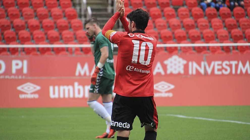 Damià Sabater saluda a la afición del Mallorca tras marcar un gol