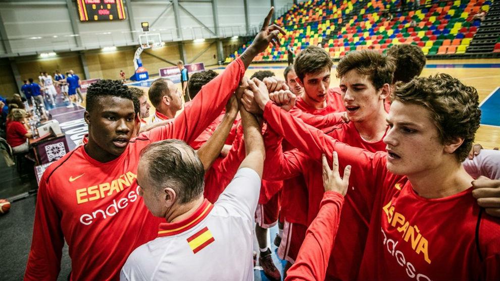 Los jugadores de la selección española hacen una piña.
