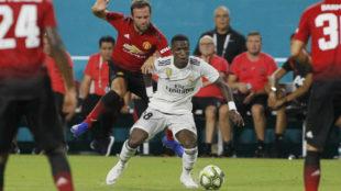 Vinícius protege el balón ante Juan Mata