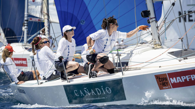 La tripulación del Cañadío Alufasa, en plena acción en Palma