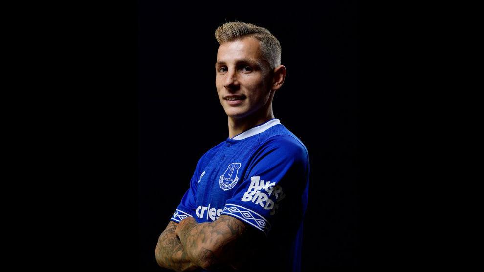 Digne posa con la camiseta del Everton
