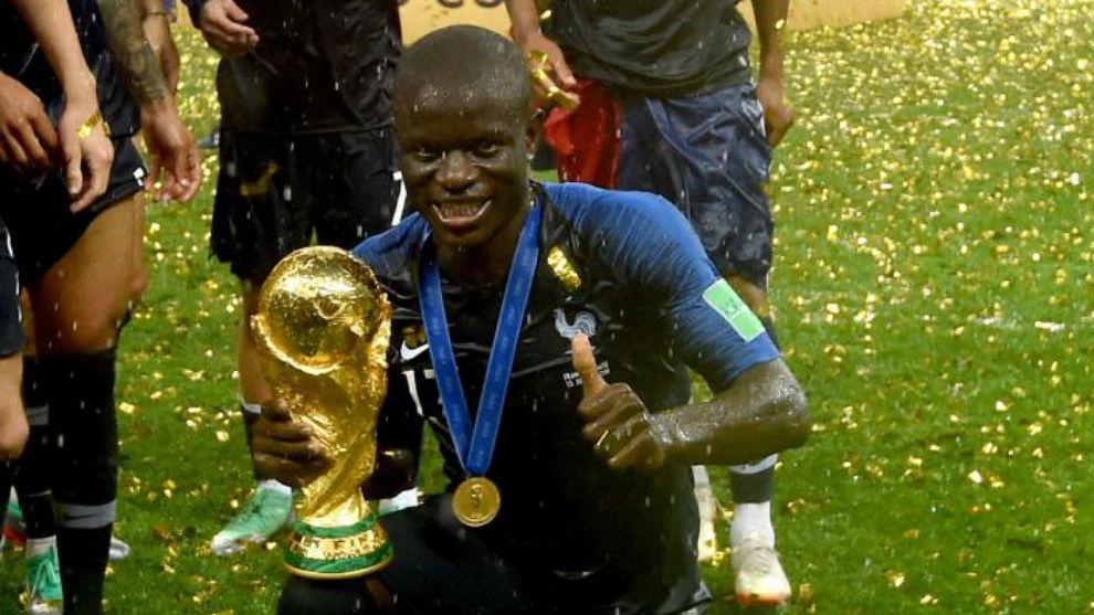 Kanté posa con la Copa del Mundo.