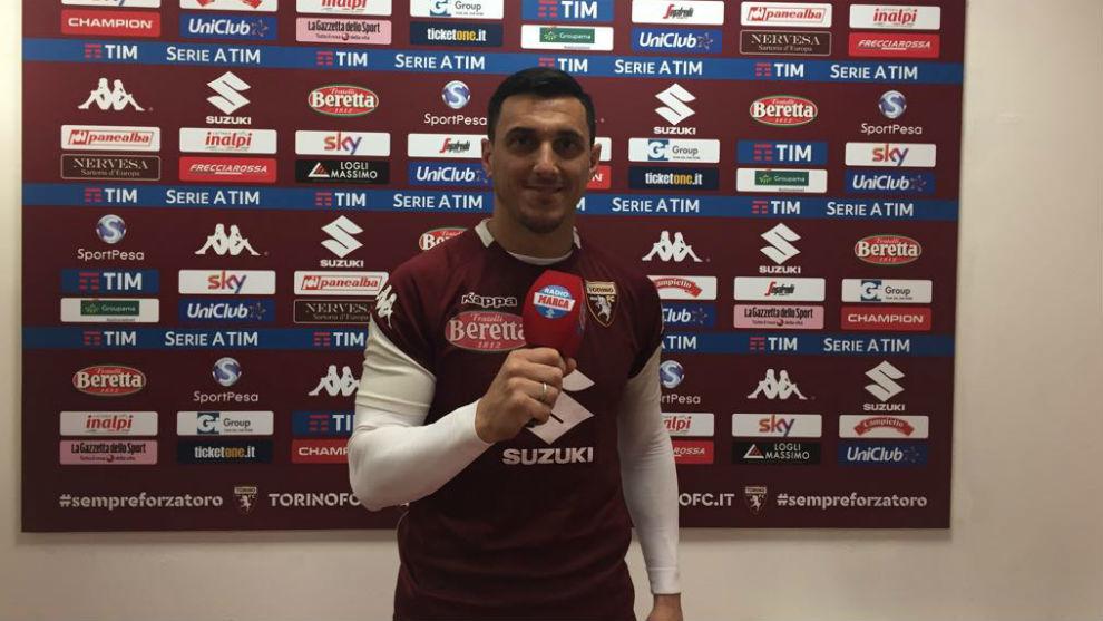 Nicolás Burdisso posa con el micrófono de Radio MARCA y la camiseta...