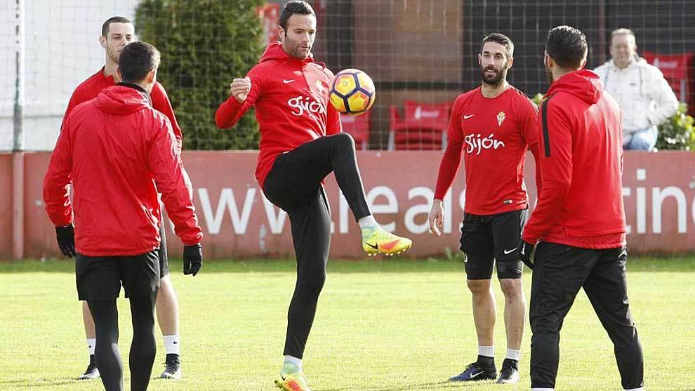 Borja Viguera, en un entrenamiento del Sporting en Mareo el año...