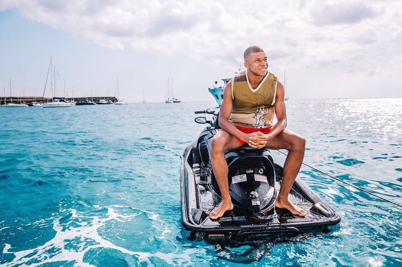 Mbappé, en una moto de agua, para despedirse de las vacaciones de...