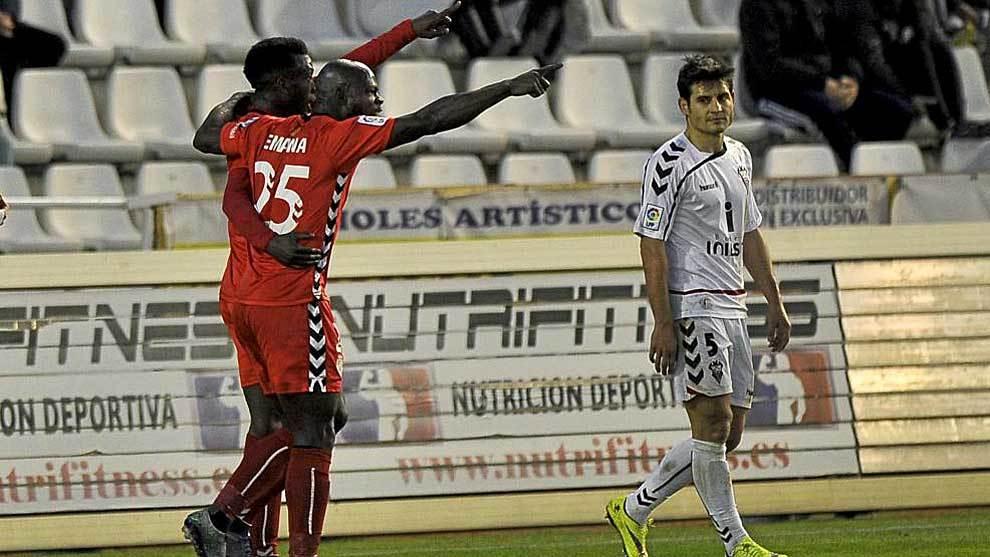 Stephane celebra un gol con su hermano Achille ante Paredes en...