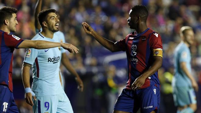 Lerma discute con Luis Suárez durante un partido de la pasada...