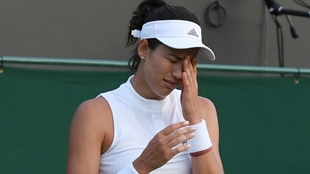 Muguruza se lamenta en el partido de Wimbledon ante Van Uytvanck.