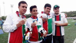 Los mexicanos posan con sus medallas
