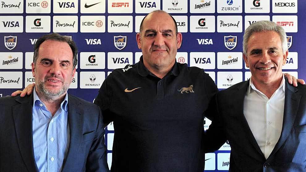 Mario Ledesma entre Marcelo Rodriguez, presidente de la UAR, y el...