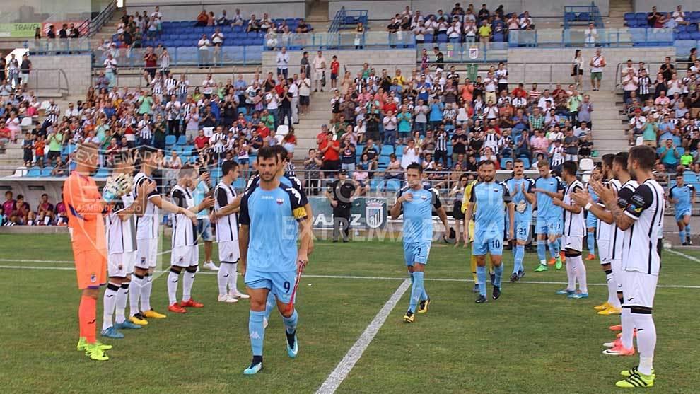 Los jugadores del Badajoz hacen pasillo a sus 'vecinos' por el ascenso