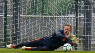 Ter Stegen, en un entrenamiento con el Barcelona.