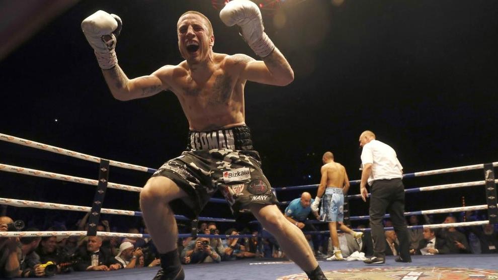 Kerman Lejarraga celebra la victoria en el segundo asalto ante el...