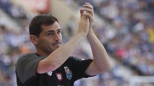 Casillas saluda en un partido del Oporto.