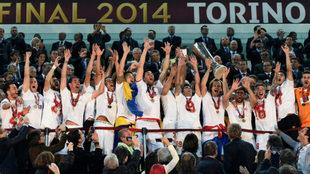 El Sevilla levanta el título de 2014 en Turín.