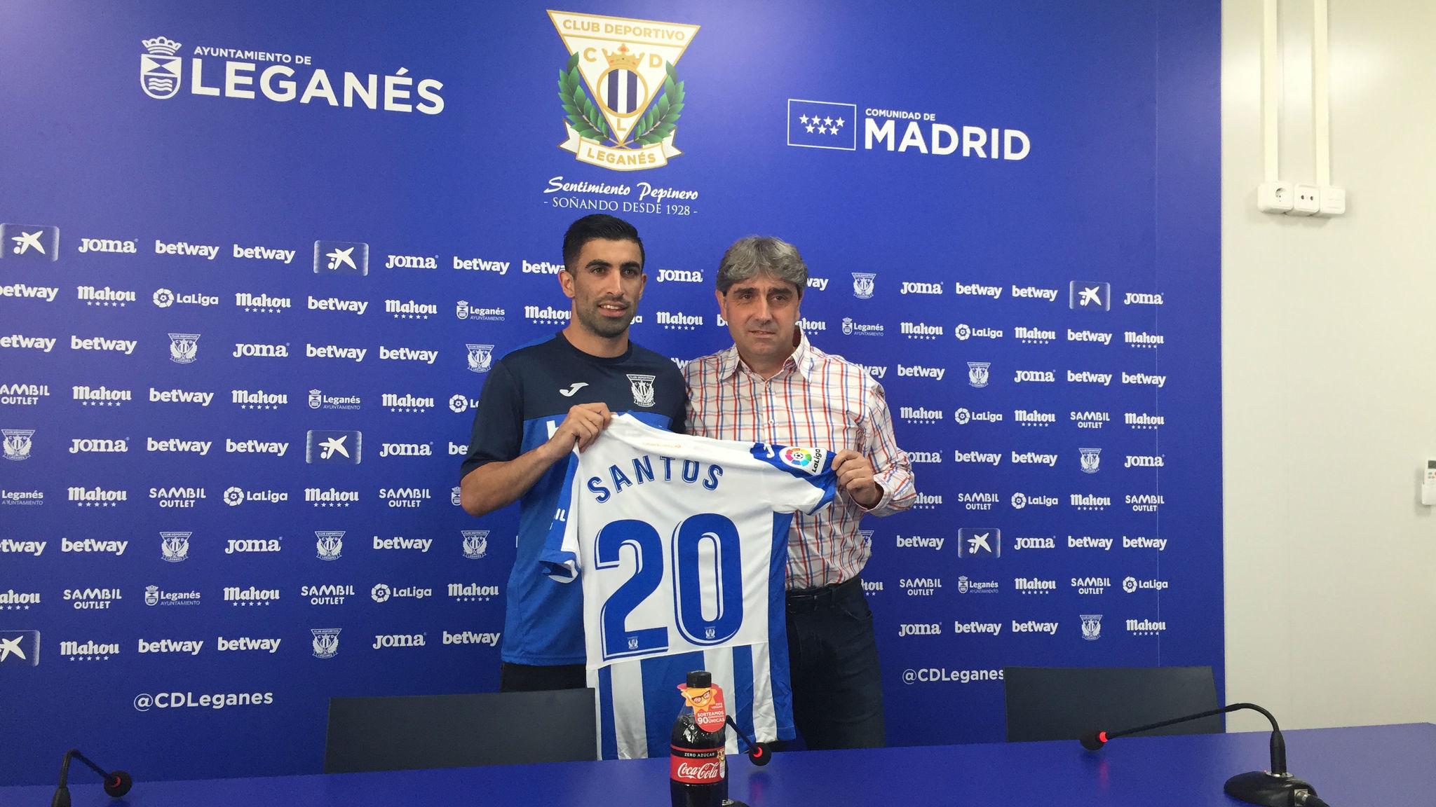 Michael Santos (izquierda) y Txema Indias, director deportivo del...