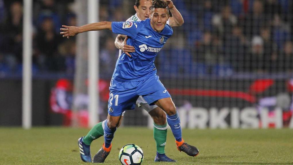 Fajr pelea un balón con Guardado durante el Getafe - Betis de la...
