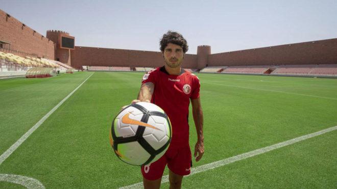 Galán posa en el estadio del Al-Shama