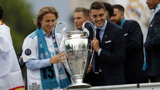 Modric, con la Decimotercera, junto a Kovacic