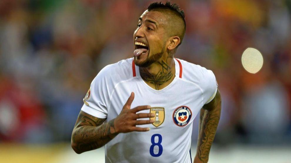 Arturo Vidal celebrando un gol con Chile